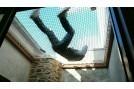 Homme allongé sur un filet mezzanine solidement fixé