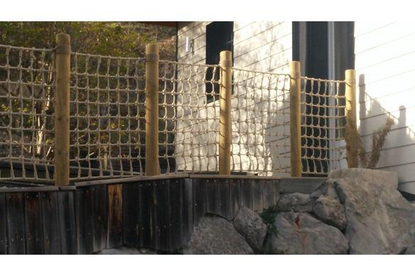 filet jardin paysagé avec chanvre goudronné sur les poteaux