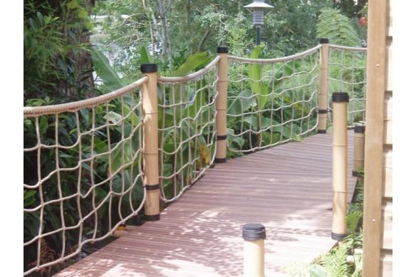 filet jardin paysagé avec tresse bitumée sur les poteaux