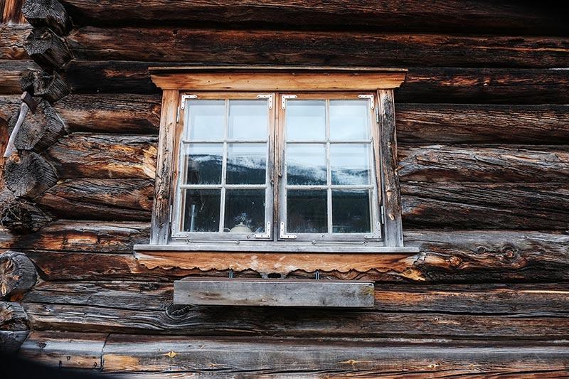 maison en bois en Norvège enduite de goudron de pin