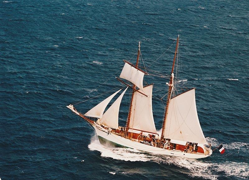 Un vieux voilier à deux mâts en mer