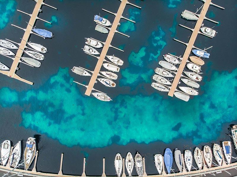 voiliers dans un port au bord de mer vue aérienne